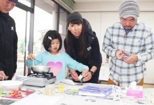 ボランティア(子どもにキャンドルの作り方を教える合口さかん(中央))