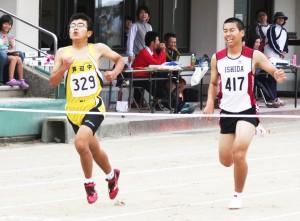 共通男子四百㍍・堤大紀(左)
