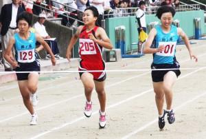 A共通女子二百㍍・川上彩希 (右)